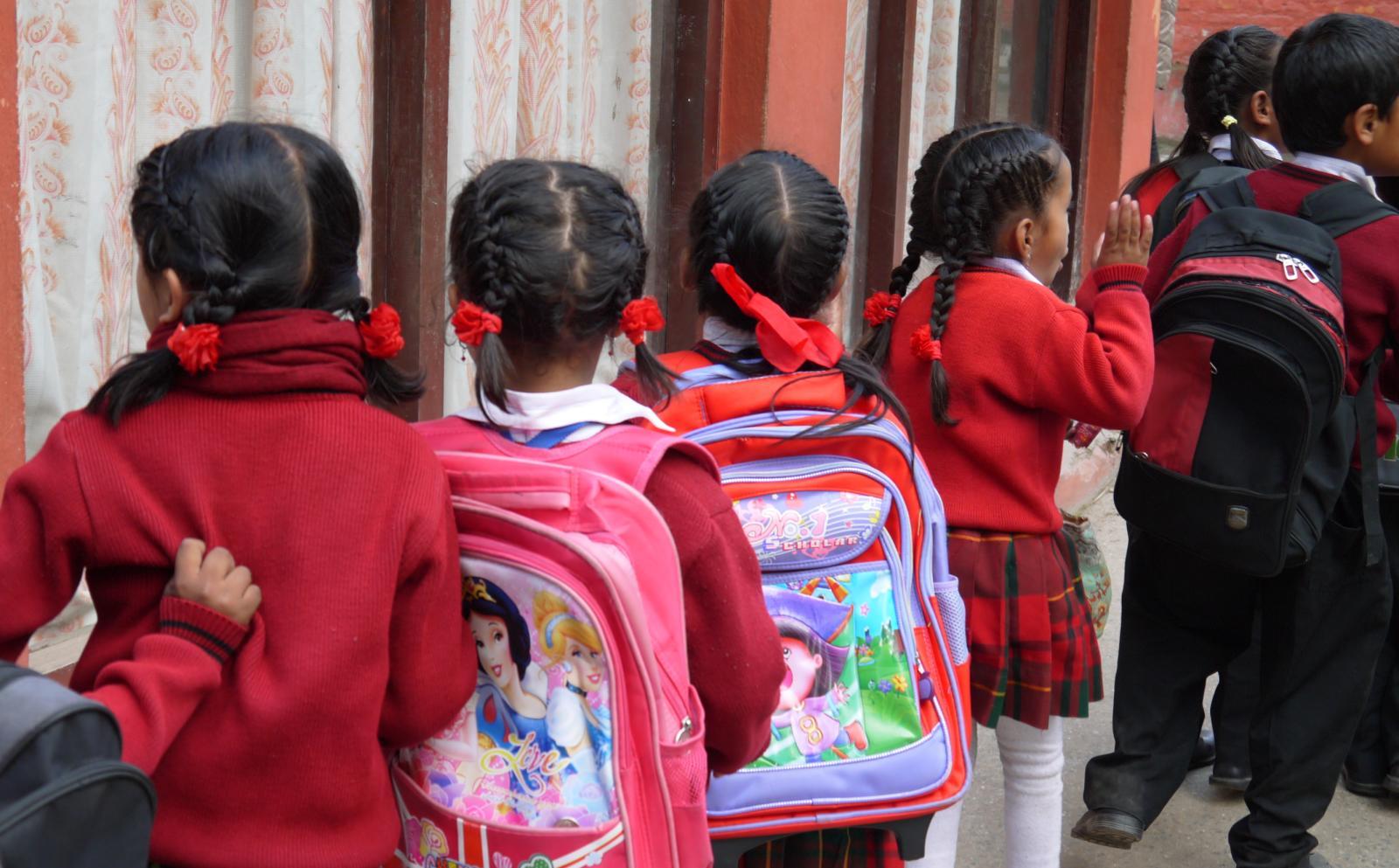 Estudiantes esperando a nuestro voluntario social.